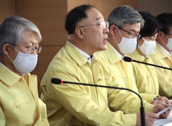 """홍남기 """"3차추경, 30조 넘을 것""""…역대 최대 규모 기대"""