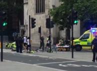 """""""보호벽에 쾅""""…런던 의회의사당 앞에서 차량 돌진 테러"""