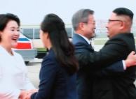김정은은 왜 문재인 대통령을 세 번 포옹했을까
