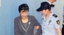 법정출두 박근혜, 샌들신고 미소…왜?