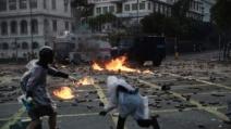 홍콩시위 격화… 경찰 음향대포, 시위대는 장갑차 불태워