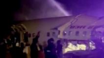 印항공기 착륙하다 '두동강'…14명 사망·123명 부상