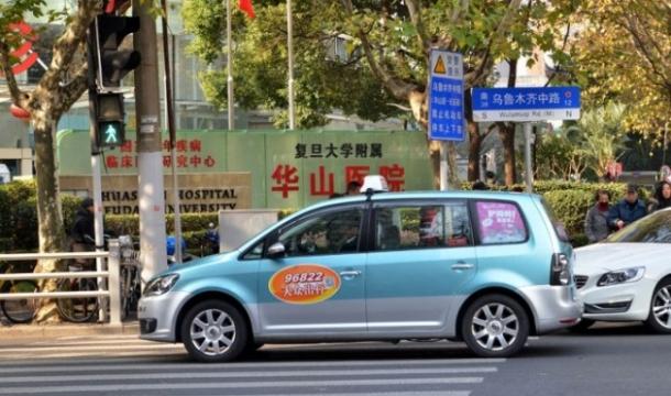 중국 택시에 마련된 미니 편의점