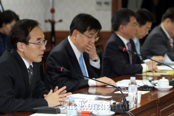 Ex-FSS, BOK officials on troubled banks' payrolls