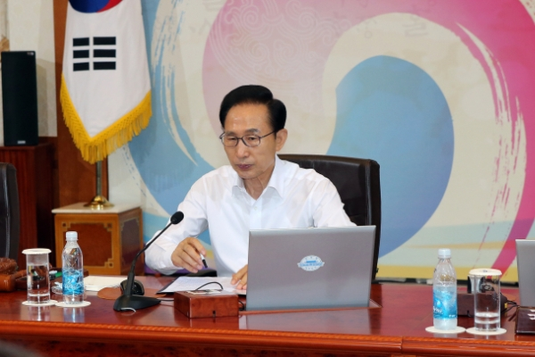 Lee offers public apology for brother's corruption