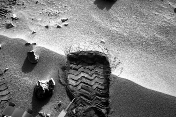 Mars rover photograph shows strange object
