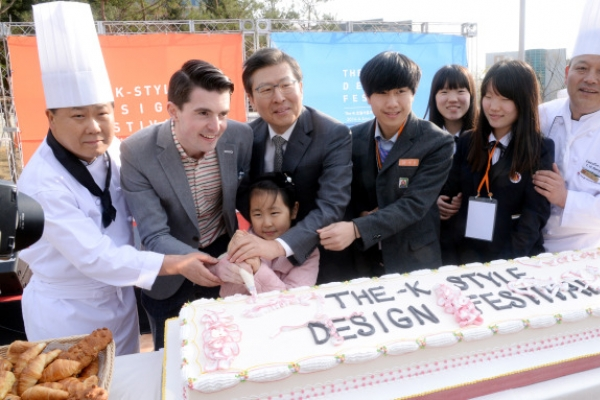 [Photo News] Eat cake together