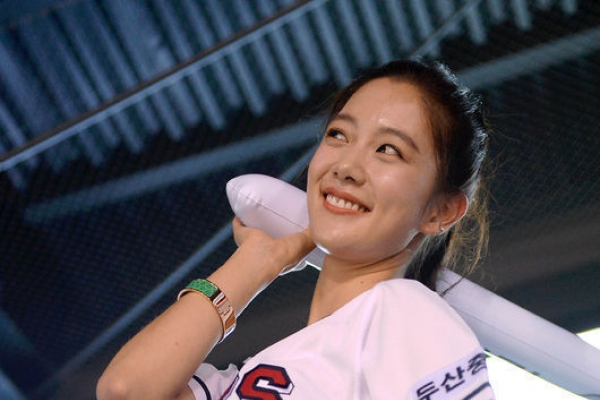 Clara supports baseball team in sexy style