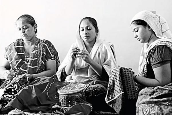 Mumbai's marginalized mums sewn up by Colours of India
