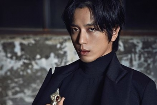 CNBLUE's Jung Yong-hwa in all-black suit