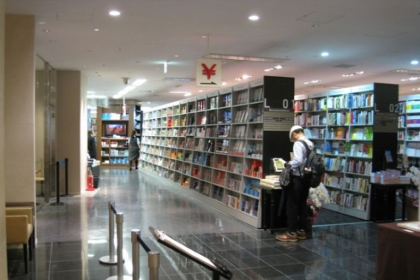 Challenges and charms of real bookstores