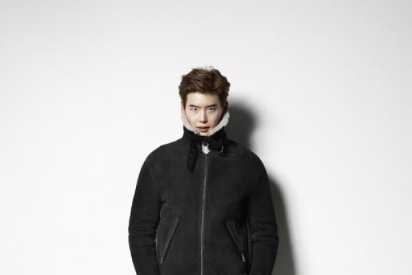 Lee Jong-suk reveals chic look