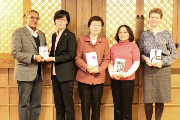 Translation award honors Suh Ji-moon