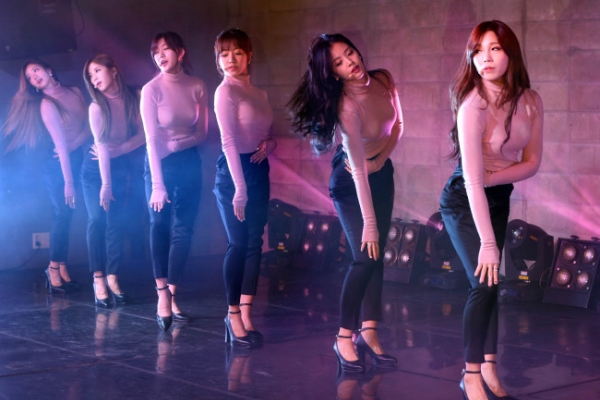 Apink ladies top charts with their 'LUV'