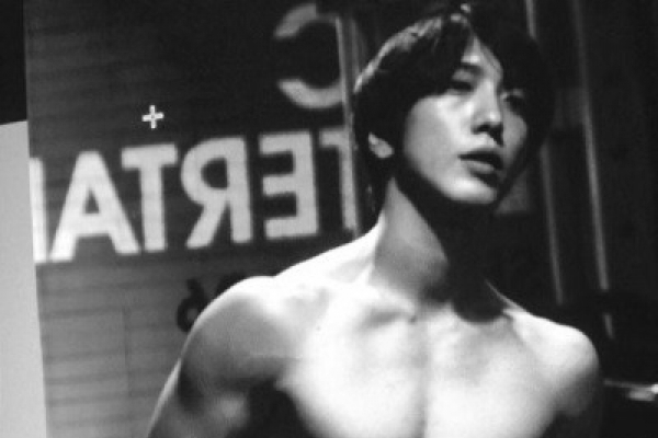 Feasting eyes on Jung Yong-hwa's abs