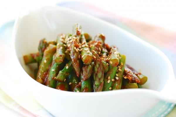 Asparagus with gochujang sauce