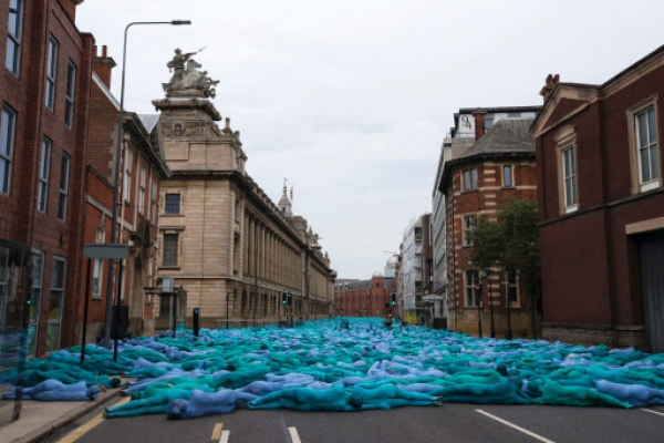 Thousands strip and paint themselves blue for U.K. art event