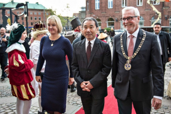 Accepting award, Murakami warns against excluding outsiders