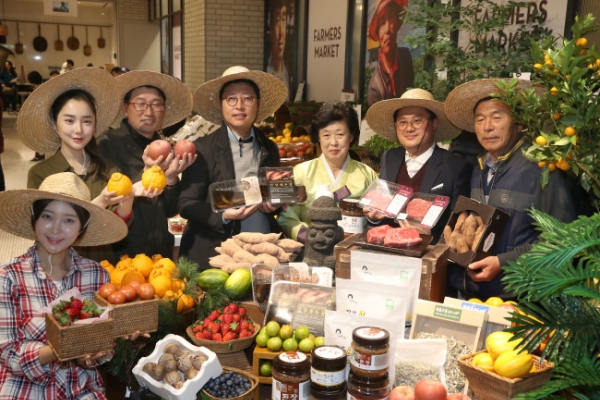 [Photo News] Shinsegae hosts famers market project