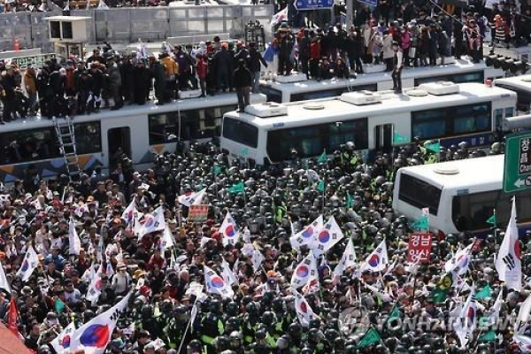 Police raid office of civic group supporting Park over violent rally