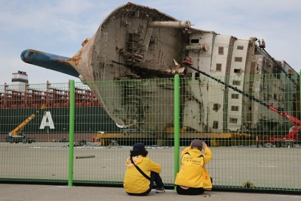 Finding remains of missing people of Sewol tragedy top priority: gov't team