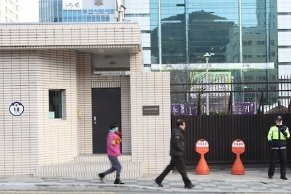 Japan's consulate meets Busan ward chief over 'comfort women' statue