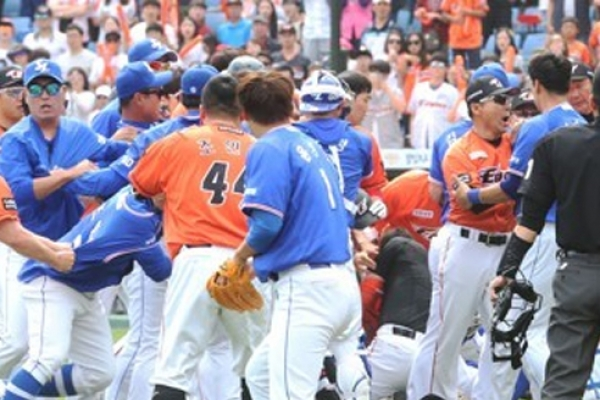 Baseball league to review bench-clearing brawl