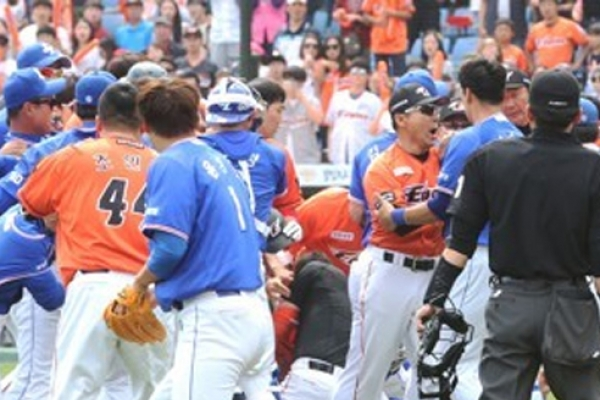4 players, 2 coaches disciplined for roles in baseball brawl