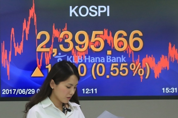 Seoul stocks finish at new record high on large-cap gains
