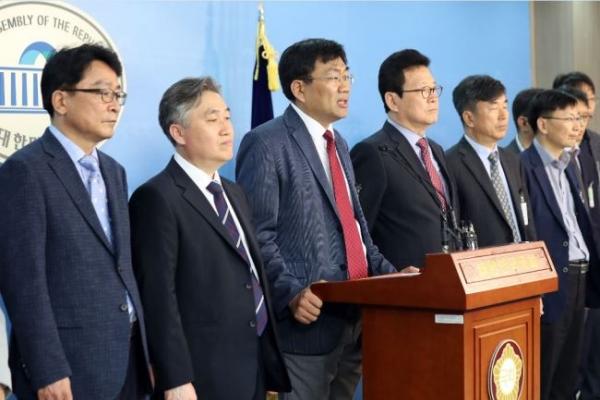 Scholars demand Moon halt his nuclear policy