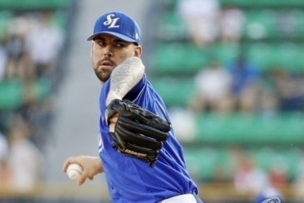 Ex-MLB pitcher out for season in Korea with hand injury