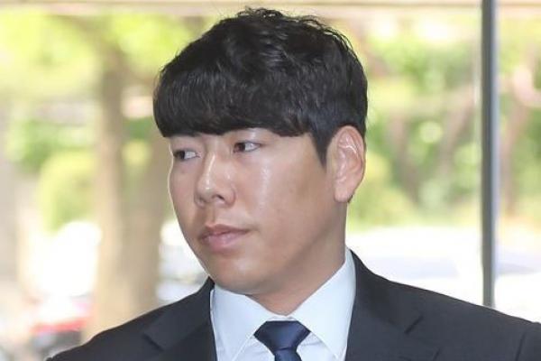Career in limbo, Pirates' Kang Jung-ho giving free youth clinics