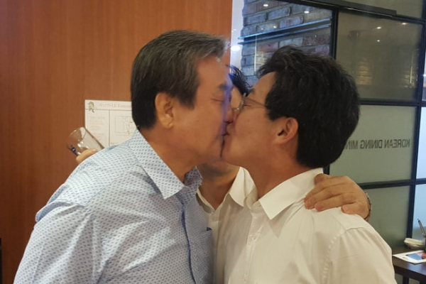 [Photo News] Korean politicians share surprise smooch