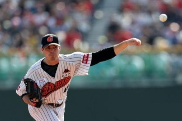 Lotte Giants blank NC Dinos to even baseball postseason series