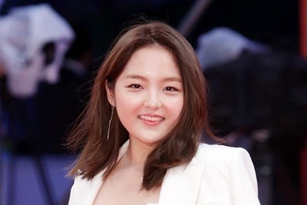 Teen actress Seo Shin-ae's revealing dress goes viral on social media