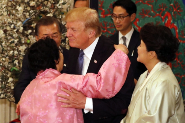 [Photo News] Moon, Trump bond at state dinner