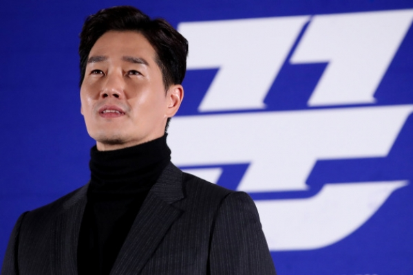 Hyun Bin, Yoo Ji-tae make tense team in 'Swindlers'