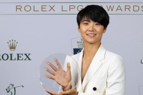 Korean Park Sung-hyun receives trophy as top LPGA rookie