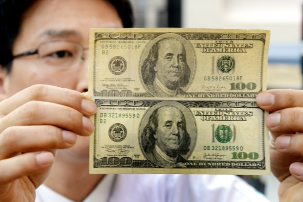 [Photo News] Snuffing out counterfeit currency