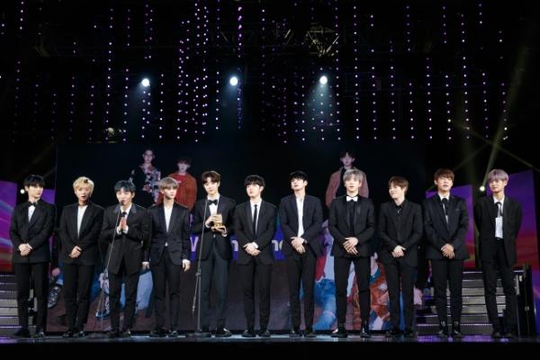 Wanna One, Seventeen win at 2017 MAMA in Vietnam