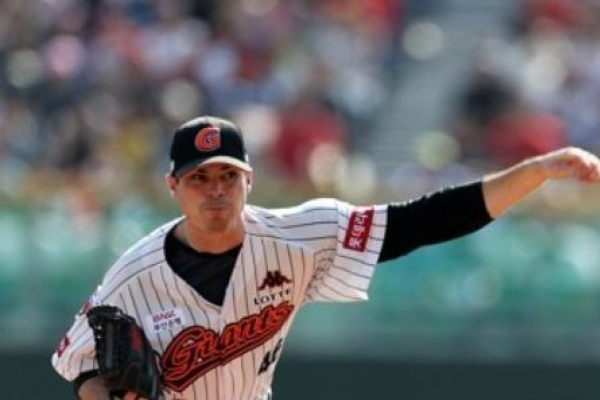 Lotte Giants re-sign US pitcher, infielder