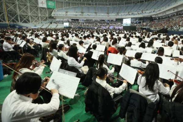 Record-breaking 8,000-member orchestra perform in Seoul