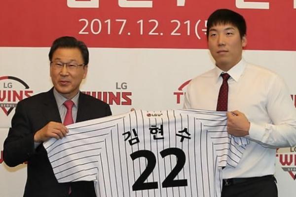 Ex-big leaguer Kim Hyun-soo formally introduced by new Korean club