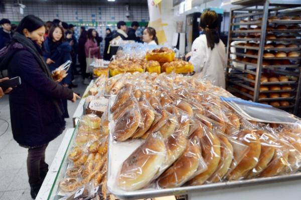 [Weekender] Grab-n-go snacks lure commuters at Korea's subway stations