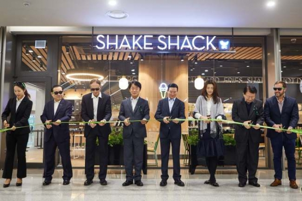 [Photo News] Shake Shack opens world's largest airport branch in Incheon