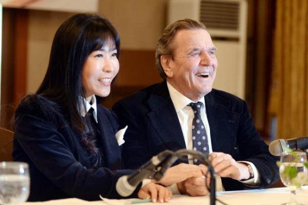 [Photo News] Former German Chancellor to marry Korean interpreter
