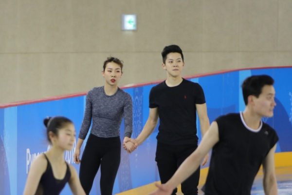 [Photo News] South, North skaters share ice rink in first joint practice