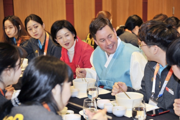 [Photo News] Tteokguk for breakfast