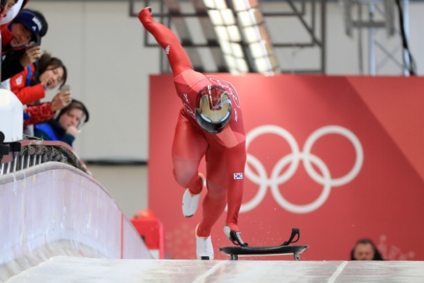 [Photo News] South Korean Olympic skeleton racer Yun Sung-bin takes off
