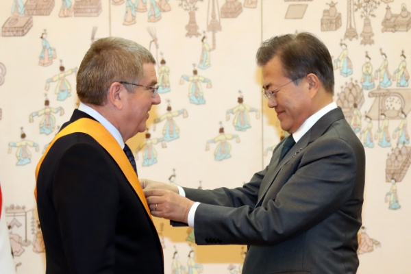 S. Korean president confers state decoration on IOC chief